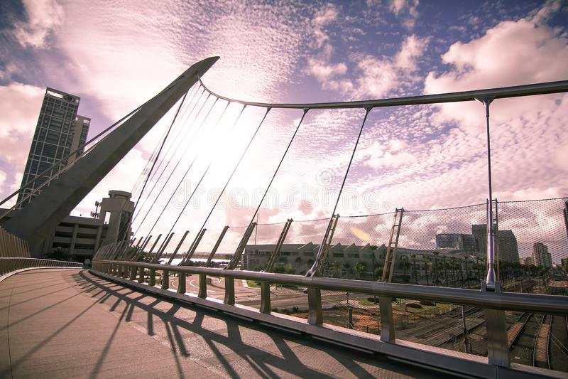 A ponte pedestre da movimenta??o do porto em San Diego fotografia de stock