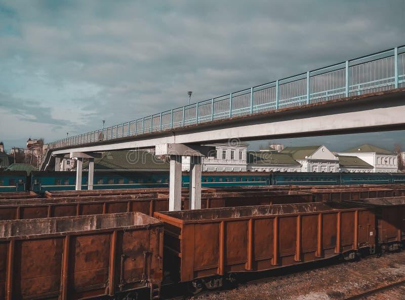 Ponte pedestre da pedra sobre as trilhas de estrada de ferro imagens de stock
