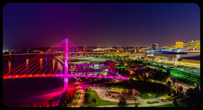 Ponte pedestre de Bob Kerrey da opinião aérea da cena da noite e omaha do centro Nebraska fotografia de stock royalty free