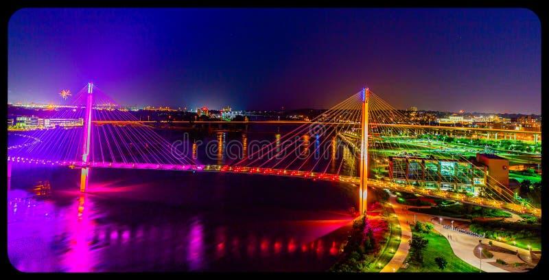 Ponte pedestre de Bob Kerrey da opinião aérea da cena da noite e omaha do centro Nebraska foto de stock