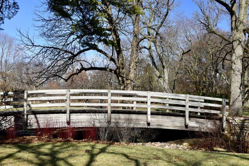Ponte pedestre de madeira foto de stock