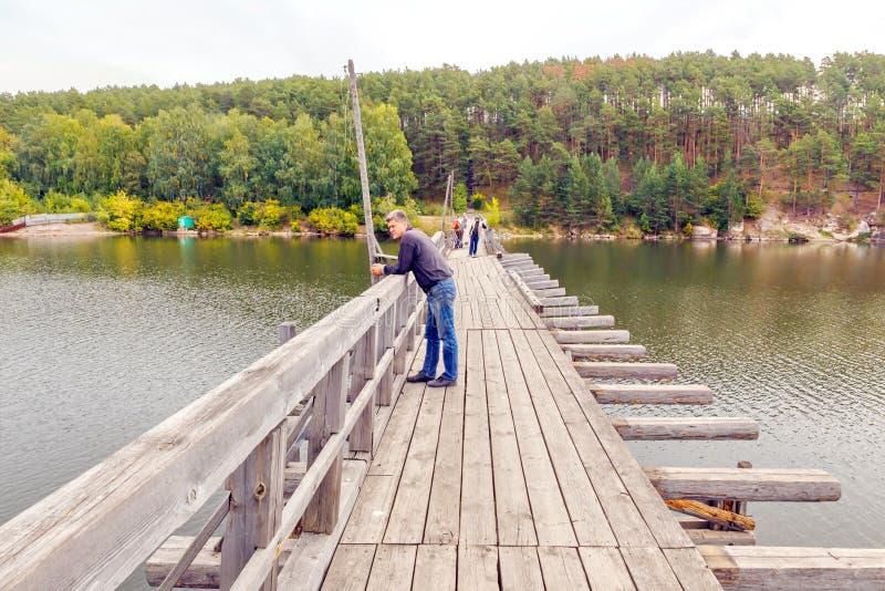 Ponte pedestre de madeira velha Beloretsk Bashkortostan imagem de stock