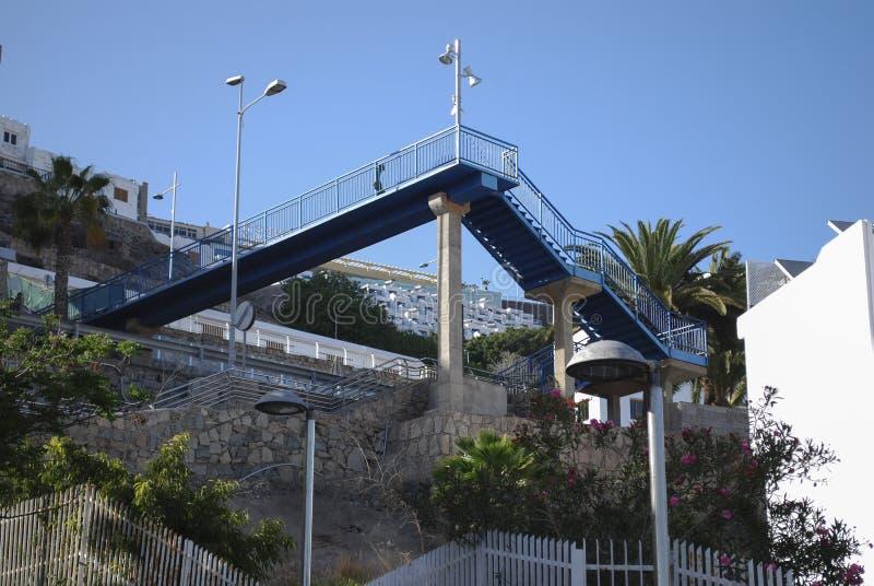 Ponte pedestre do metal nas montanhas fotografia de stock royalty free
