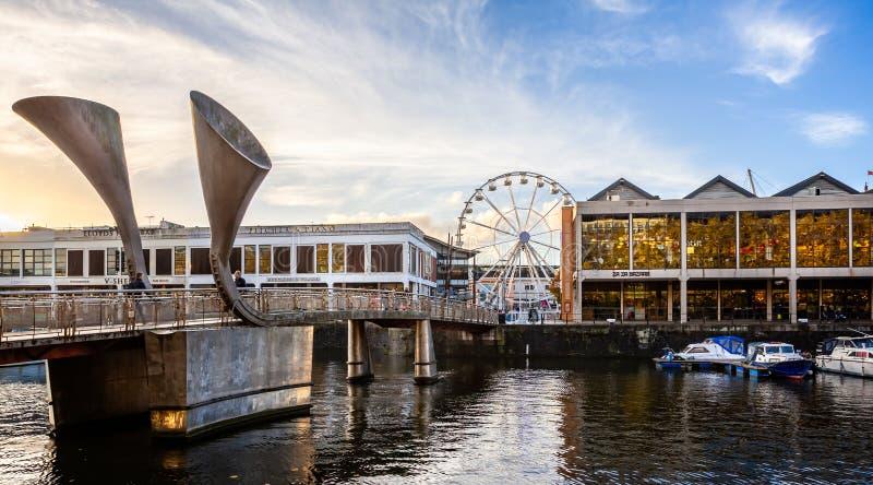 A ponte pedestre e o marco decisivo de Pero com visão de Bristol rodam em Bristol, Avon, Reino Unido imagem de stock