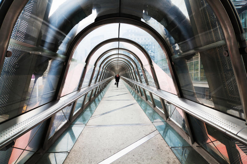 Ponte pedestre moderna com abóbada de vidro foto de stock royalty free