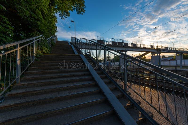 Ponte pedestre na estação fotos de stock