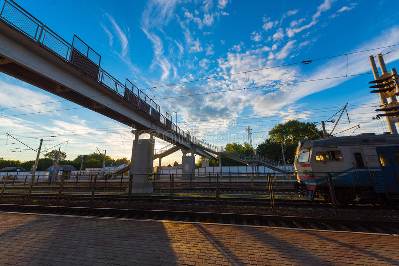 Ponte pedestre na estação fotografia de stock