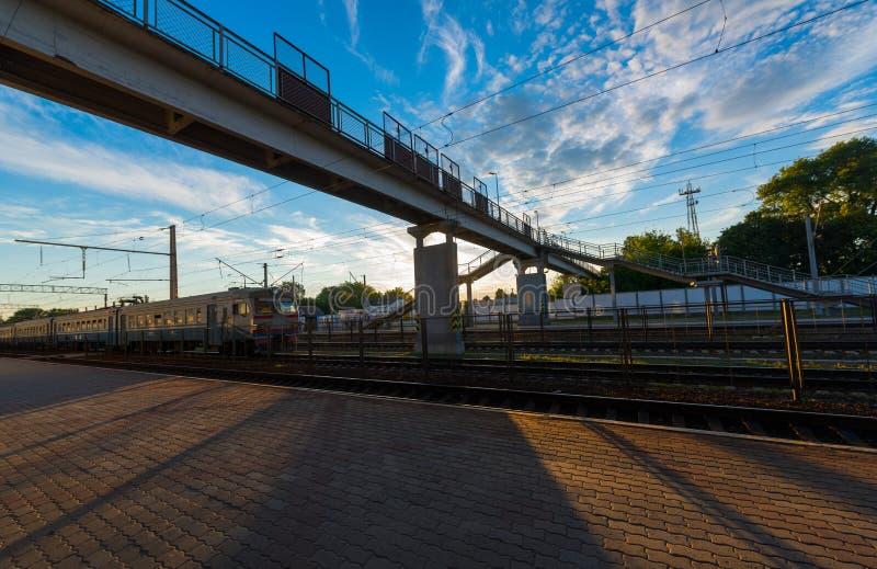 Ponte pedestre na estação foto de stock royalty free