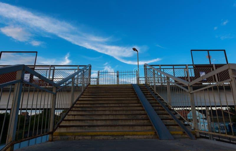 Ponte pedestre na estação imagens de stock royalty free