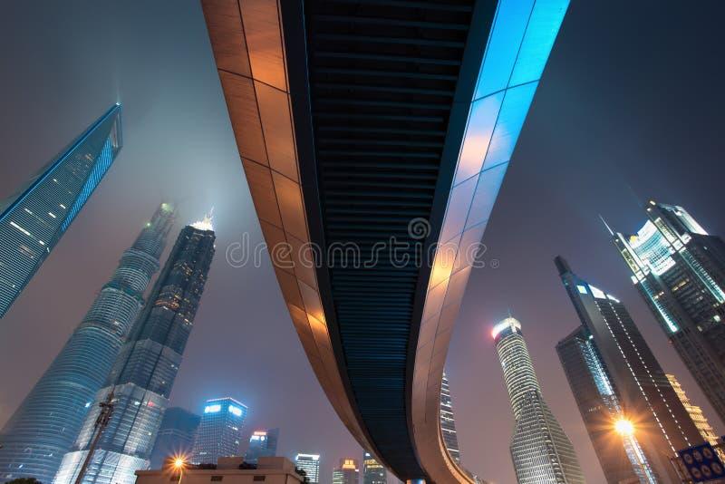 Download Ponte Pedonale Con L'orizzonte Di Schang-Hai Alla Notte Fotografia Stock - Immagine di cielo, asia: 30830928
