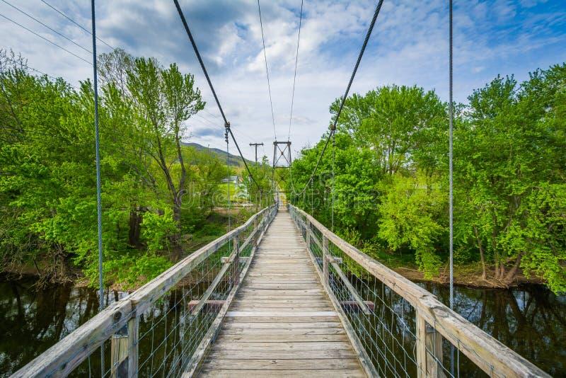 Ponte pedonale d'oscillazione sopra James River in Buchanan, la Virginia fotografie stock libere da diritti