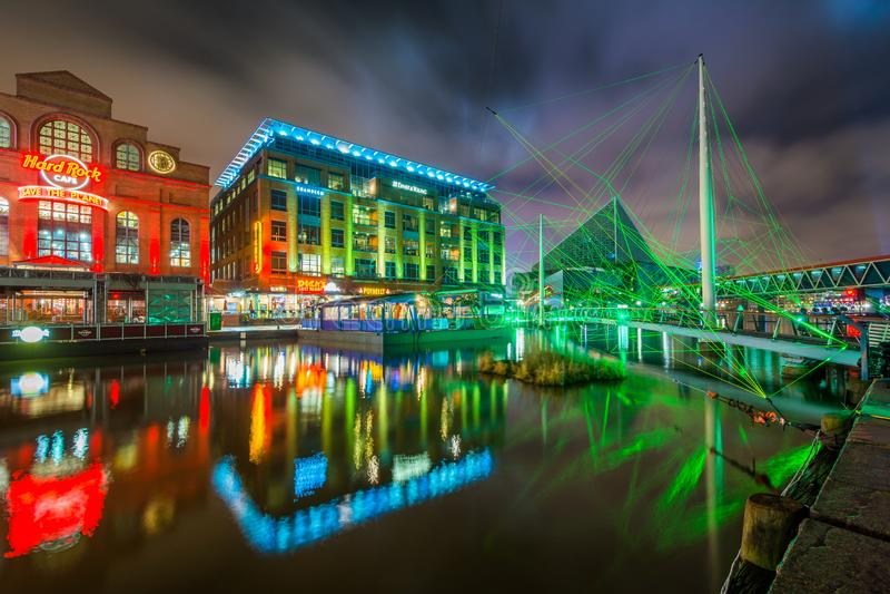 Ponte pedonale e costruzioni al porto interno alla notte, a Baltimora, Maryland immagine stock libera da diritti