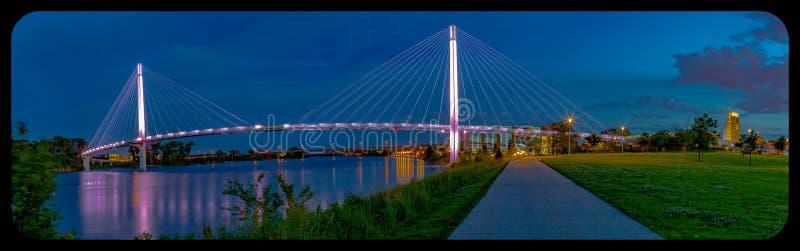 Ponte pedonale Omaha Nebraska di Bob Kerrey alla notte con vignettatura del post-raccolto immagine stock