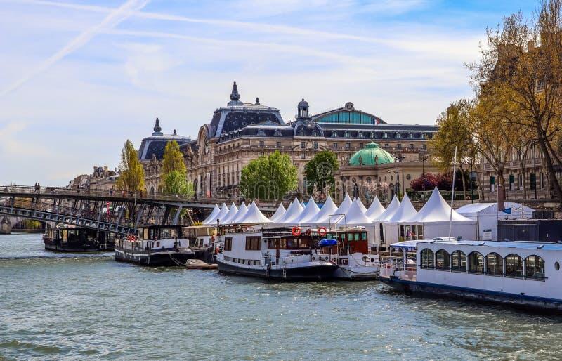 Ponte pedonale Passerelle Léopold-Sédar-Senghor sopra la Senna, le barche ed i monumenti storici di Parigi Francia fotografia stock
