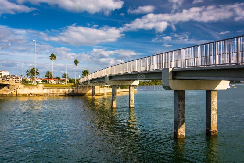 Ponte pedonale sopra il canale navigabile Intracoastal in Clearwater B immagini stock