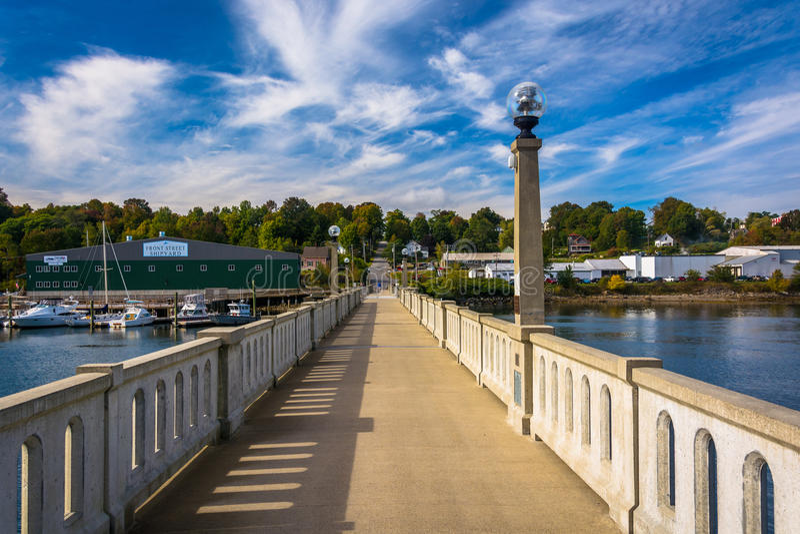 Ponte pedonale sopra il fiume di Passagassawakeag a Belfast, mA fotografia stock