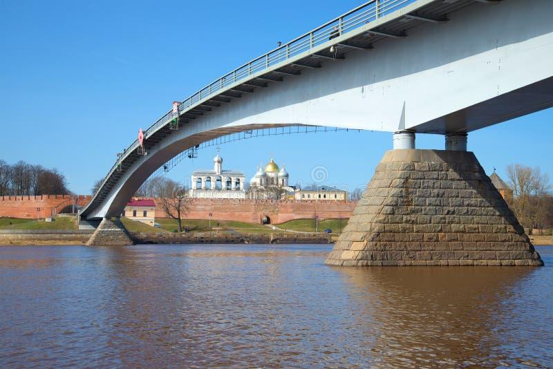 Ponte pedonale sopra il fiume di Volchov contro lo sfondo del Cremlino di Veliky Novgorod La Russia fotografie stock libere da diritti