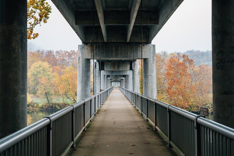 Ponte pedonale sopra James River, su Ridge Parkway blu nella Virginia immagini stock libere da diritti
