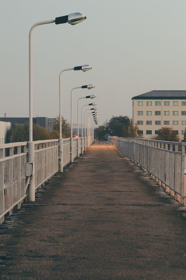 Ponte pedonale vuoto al crepuscolo immagini stock libere da diritti