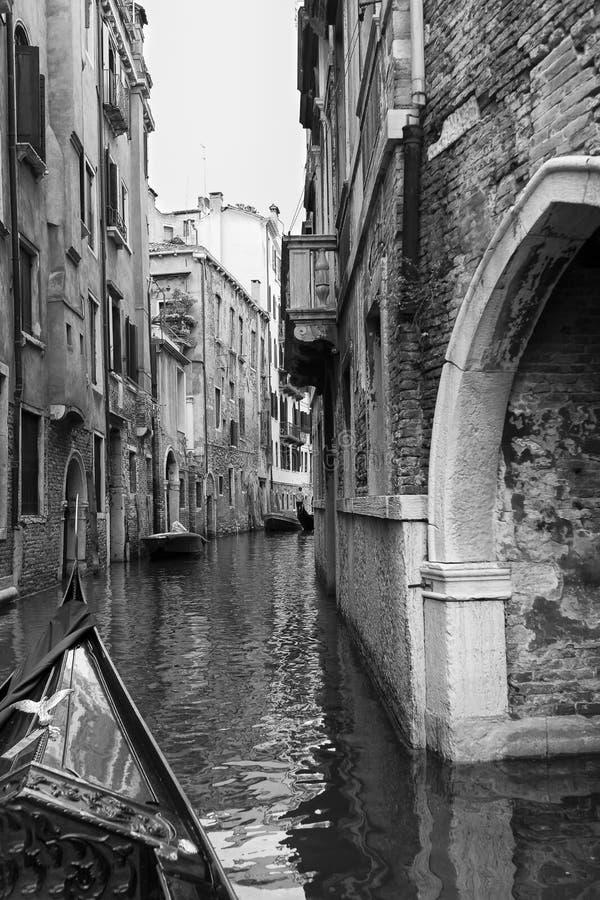 Ponte pequena no canal estreito na conversão artística de Veneza Itália imagens de stock royalty free