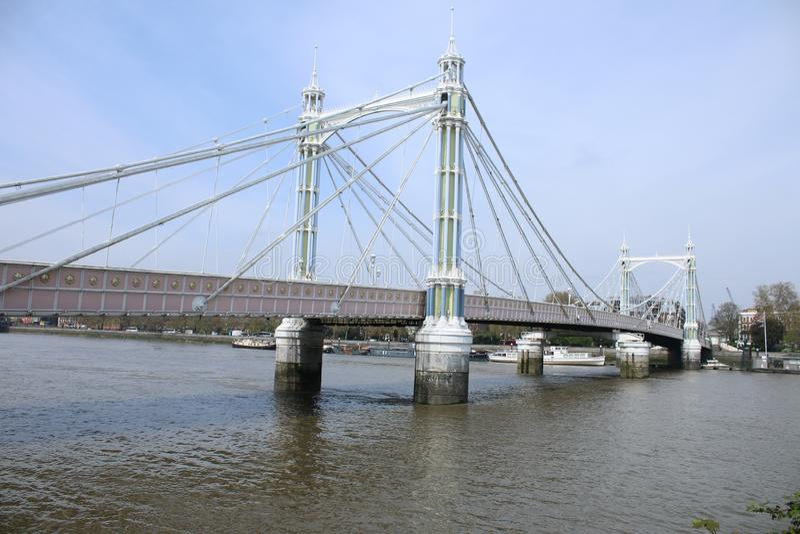 A ponte perto do parque de Battersea Em um dia típico fotografia de stock royalty free