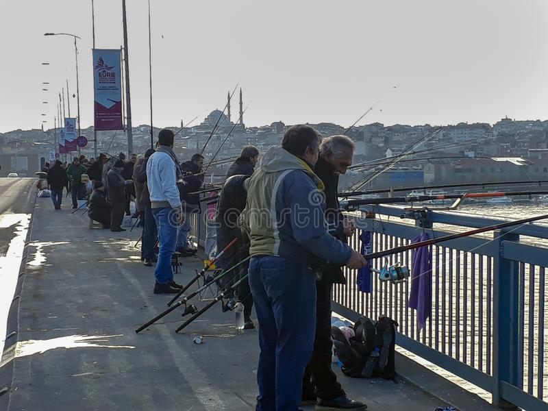Ponte & pescadores de Unkapani em Istambul fotos de stock