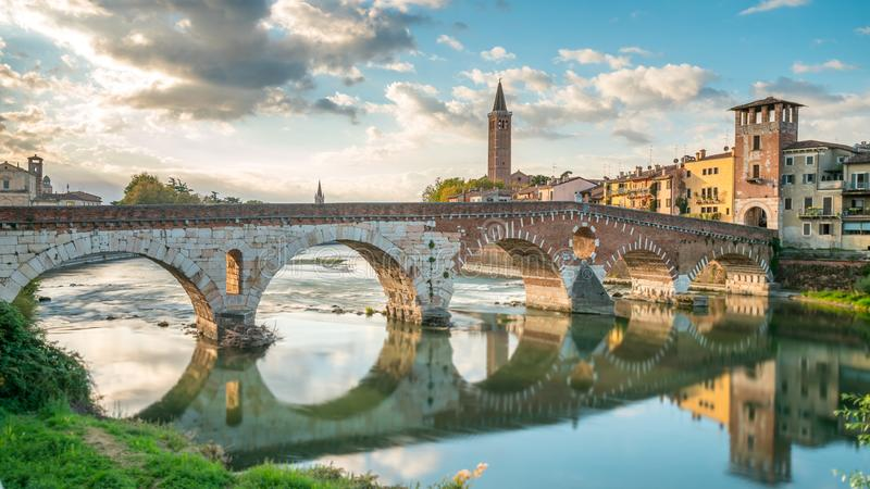 Ponte Pietra Bridge Verona fotos de stock