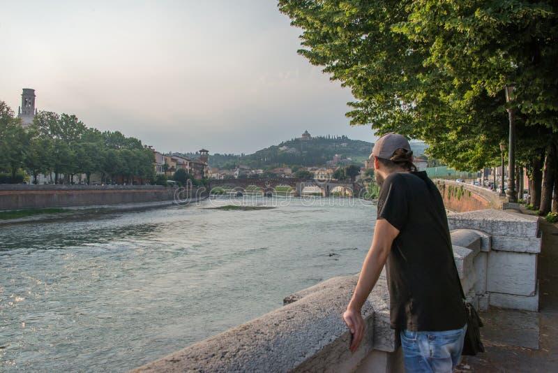 Ponte Pietra eine Brücke in Verona, Nord-Italien lizenzfreies stockbild