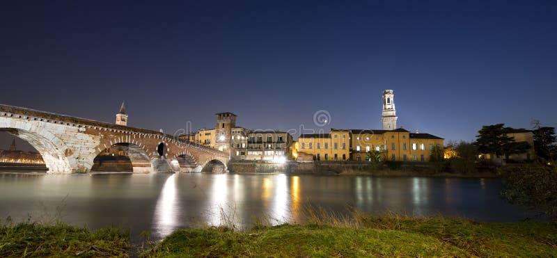 Ponte Pietra nocą 1st wiek B.C. - Verona Włochy - obraz stock