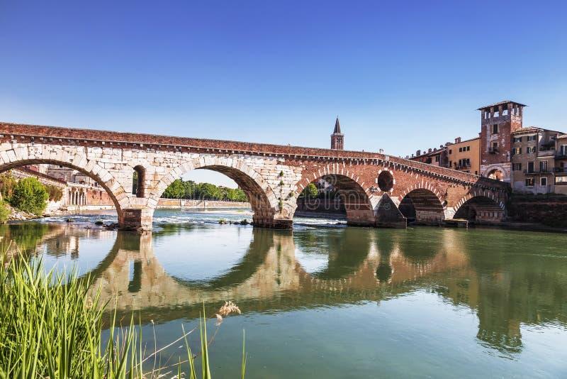 Ponte Pietra jest Romańskiego łuku mostem nad Adige rzeką w Włoskim mieście Verona obraz stock