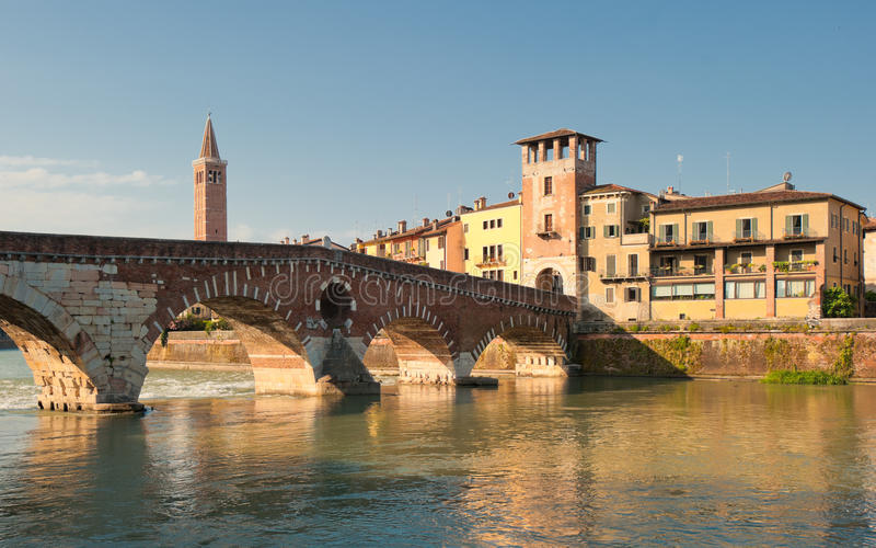Ponte Pietra most, Verona, Włochy fotografia stock