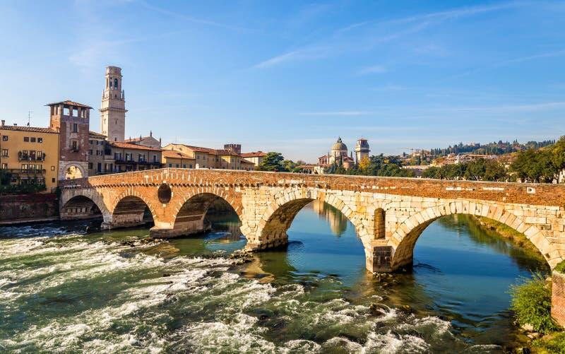 Ponte Pietra (pont en pierre) à Vérone photos libres de droits