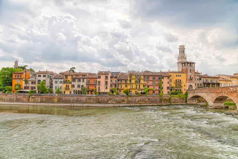Ponte Pietra Stone Bridge acima no rio de Adige em Verona, Itália fotos de stock