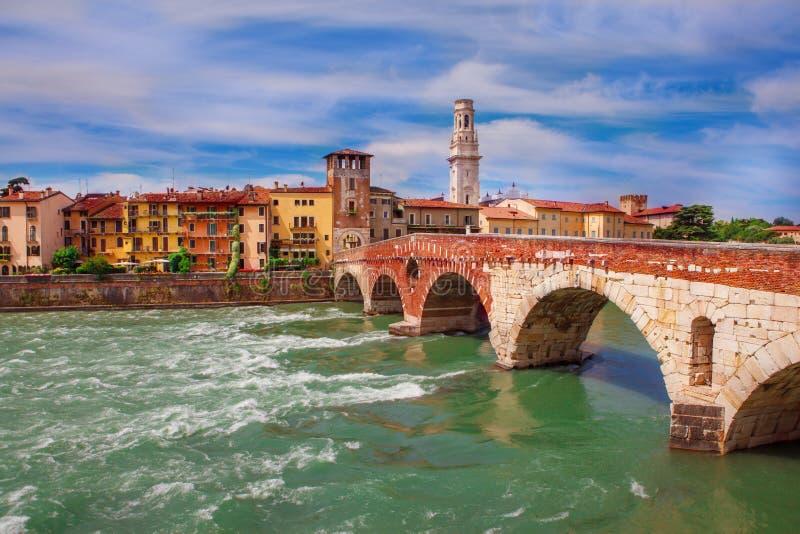 Ponte Pietra in Verona stockfoto