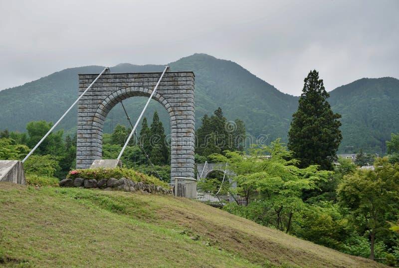 Ponte pietroso maestoso per i pedoni che misurano sopra la valle verde a Nikko, Giappone fotografia stock libera da diritti