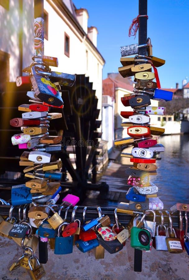 Ponte Praga do fechamento do amor imagem de stock