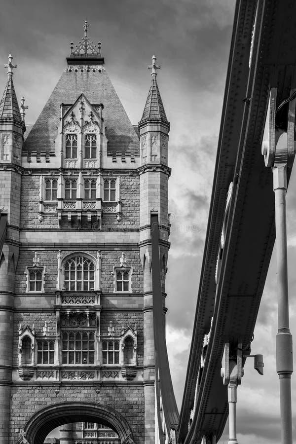 Ponte preto e branco da torre de Londres no rio Tamisa fotografia de stock royalty free