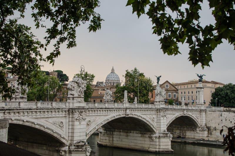 Ponte Principe Amedeo Savoia Aosta, entre les arbres et à l'arrière-plan le dôme de la basilique de San Pedro, à Rome l'Italie photo stock
