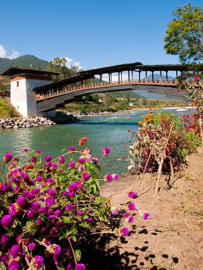 Ponte a Punakha Dzong ed il fiume di Mo Chhu nel Bhutan fotografia stock
