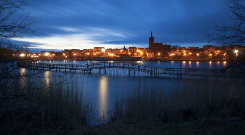 Ponte que anda no lago Chelmza; Polônia 2015 imagens de stock royalty free