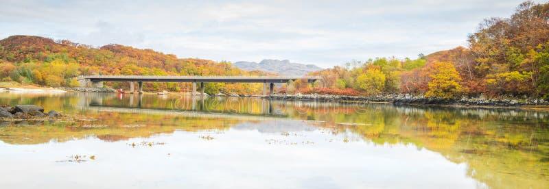 A ponte que leva a estrada A830 sobre o rio Morar, perto de Morar, montanhas de Escócia - cenário do outono imagem de stock royalty free