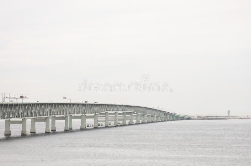Ponte que liga o aeroporto internacional de Kansai e o Japão fotos de stock royalty free