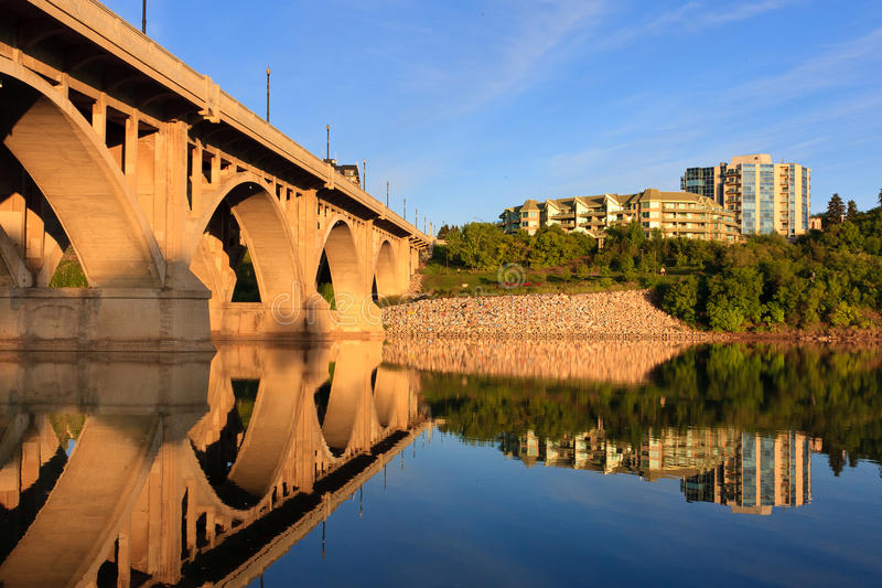 Ponte que relecting no rio calmo imagens de stock royalty free
