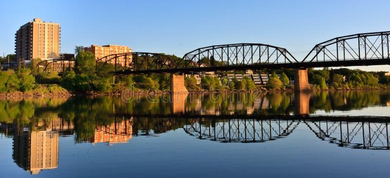 Ponte que relecting no rio calmo imagens de stock