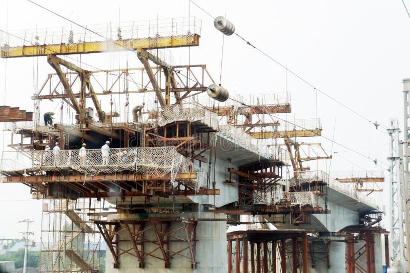 Ponte railway da construção chinesa do trabalhador fotografia de stock