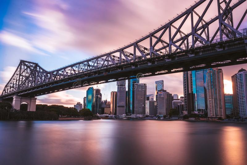 Ponte railway moderna acima do rio imagens de stock royalty free