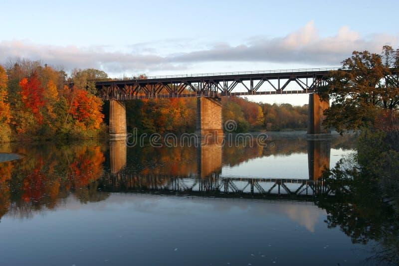 Ponte Railway no rio grande, Paris, Canadá na queda imagens de stock royalty free