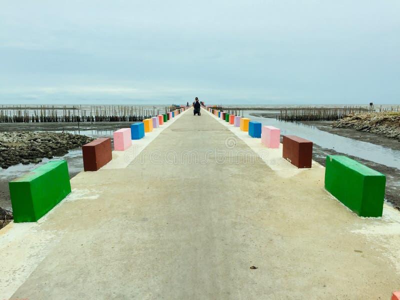 Ponte Rainbow in Ka Long Seaside in Thailandia immagini stock