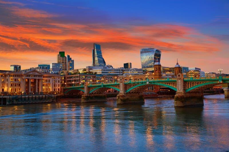 Ponte Reino Unido de Southwark do por do sol da skyline de Londres imagens de stock