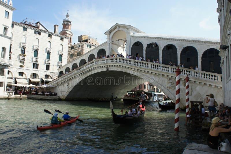 Ponte Rialto με τις βάρκες το καλοκαίρι στοκ εικόνα